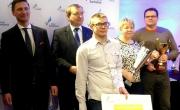 Marszałek województwa Zachodniopomorskiego z uczniami i dyrektor SP 1